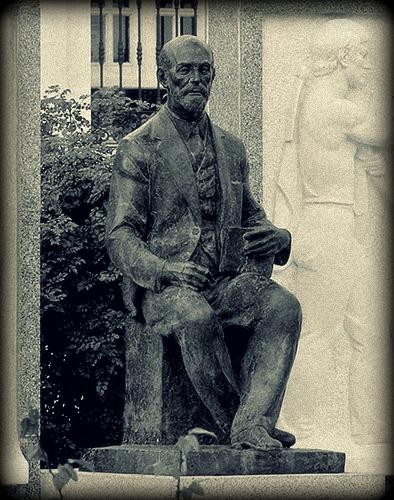 Spomenik Huanu Ramonu Himenesu, na trgu Kabildo u Mogeru
